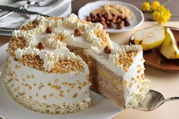 Haselnuss-Birnen-Torte mit weißem Nougat