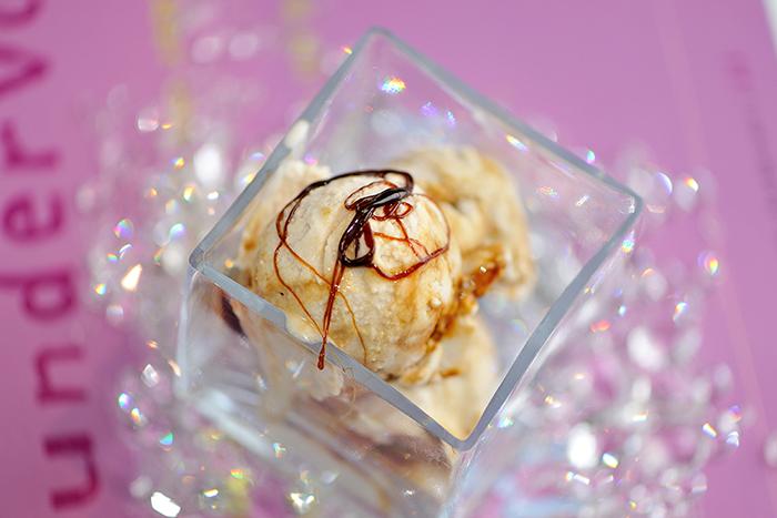 Kokos-Chai-Eis mit Karamell