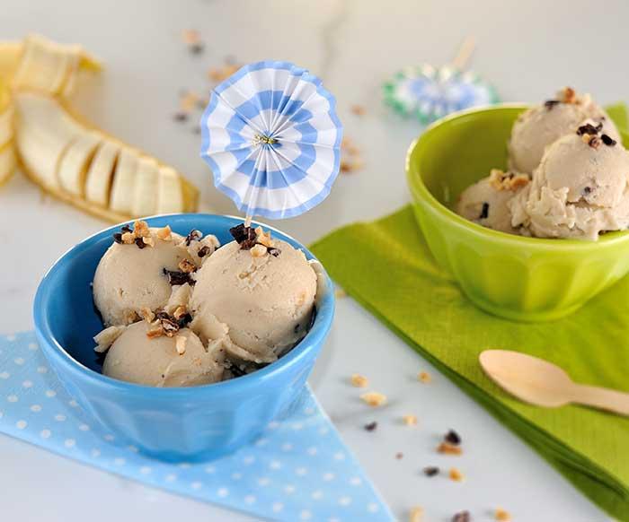Banoffee-Eis mit Kakao-Nuss-Splittern