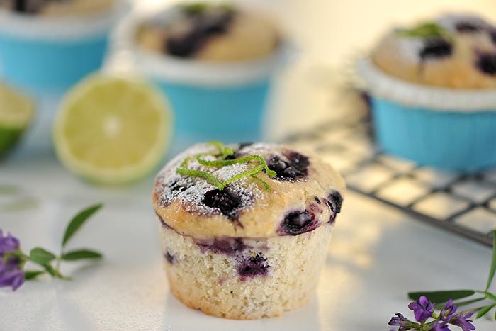 Limetten-Sauerrahm-Muffins mit Heidelbeeren