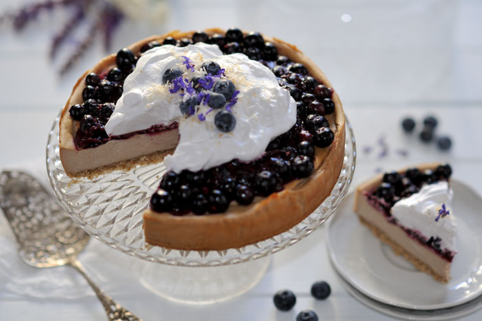 Kokos-Nougat-Cheesecake mit Heidelbeeren