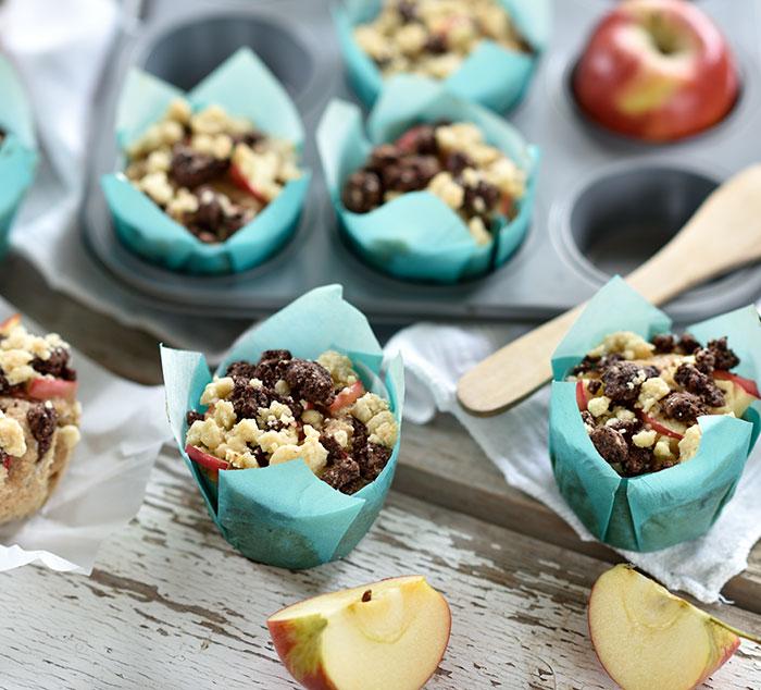 Gefüllte Apfel-Muffins mit schwarz-weiß-Streuseln