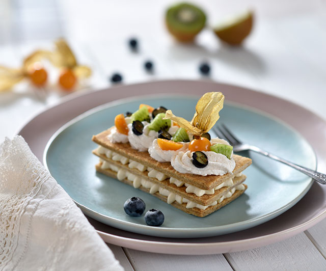 Vollkorn-Mille-Feuille mit Vanillecreme und Früchten