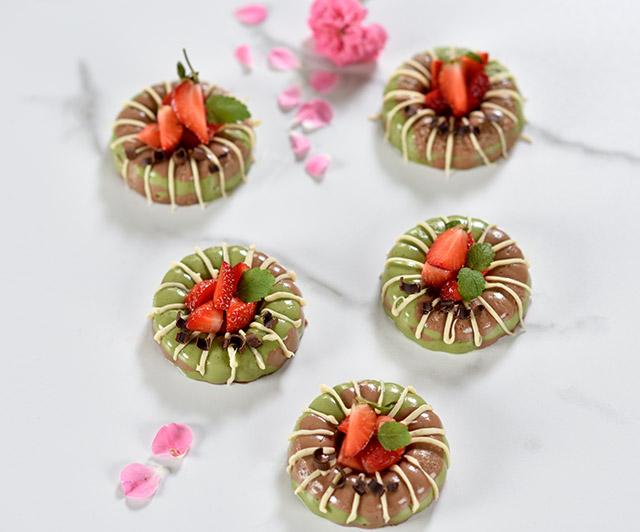 Rohe_Matcha-Schoko-Törtchen_mit_Erdbeeren