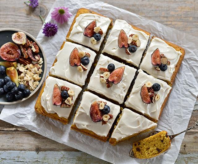 Kürbis-Bananen-Kuchen mit Karamell-Frischkäse-Topping