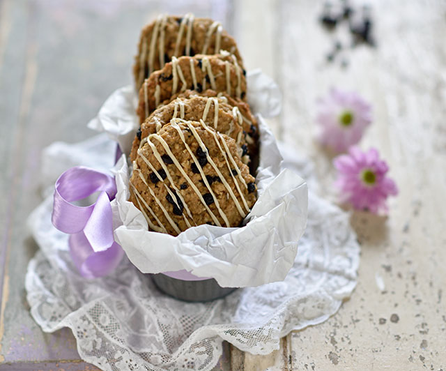 Heidelbeer-Erdnuss-Cookies mit weißer Schokolade