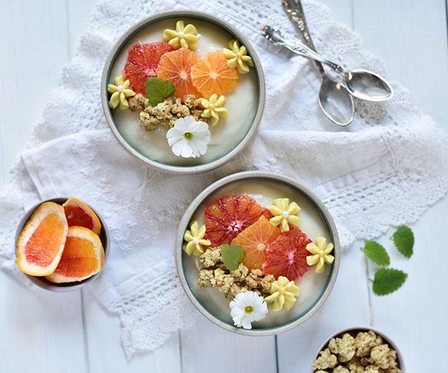 Vierfach-Zitrus-Dessert mit Limetten-Pudding, Zitronen-Creme und Streuseln