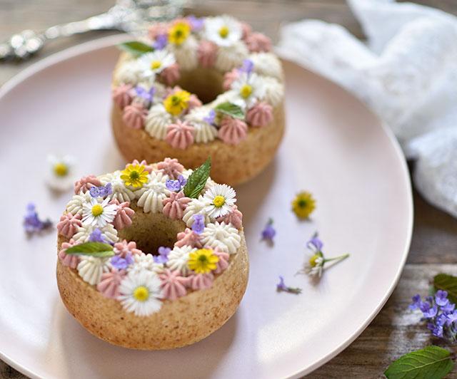 Zitronen-Mandel-Küchlein mit zweifarbiger Frischkäsecreme und BlütenZitronen-Mandel-Küchlein mit zweifarbiger Frischkäsecreme und Blüten