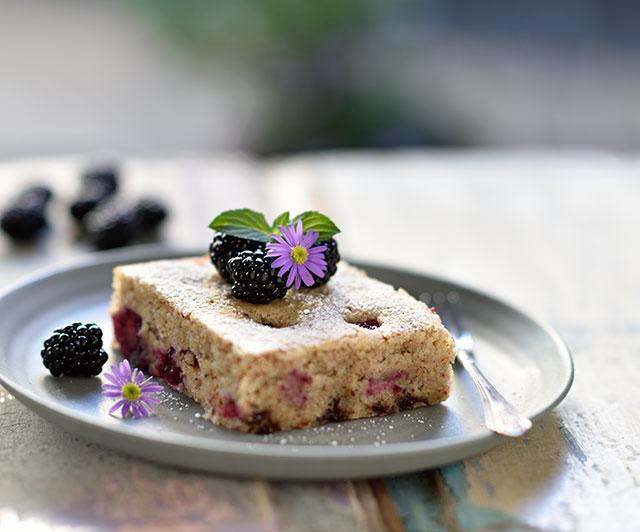 Brombeer-Grieß-Haselnuss-Kuchen