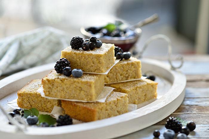 Polenta-Reis-Kuchen mit blauer Grütze