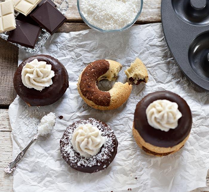 Marmor-Kokos-Donuts mit weißer Schoko-Creme