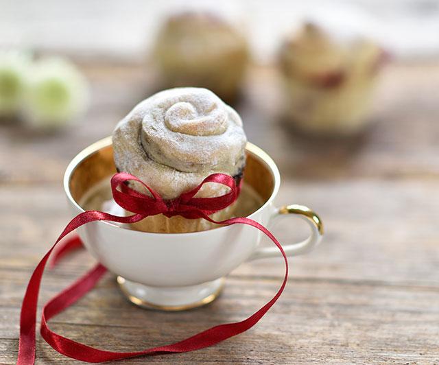 Milchbrot-Schnecke mit Johannisbeer-Marzipan-Füllung