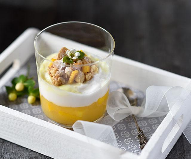 Ananas-Mango-Schichtdessert mit Lemon Curd und Mandel-Zitronen-Streuseln