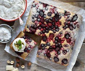 Haselnuss-Grieß-Beeren-Kuchen