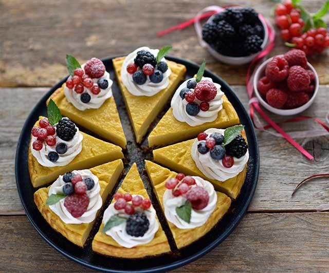 Mango-Cheesecake mit Zitronen-Frischkäse-Creme und Beeren