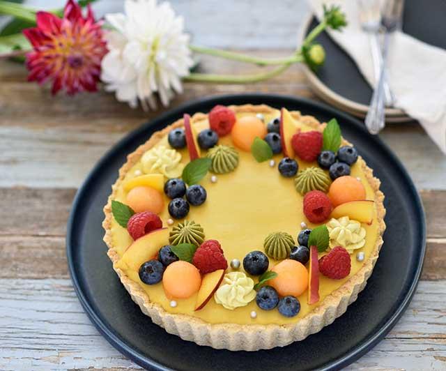 Tutti-Frutti-Sommertarte mit cremiger Pfirsich-und Blaubeer-Füllung