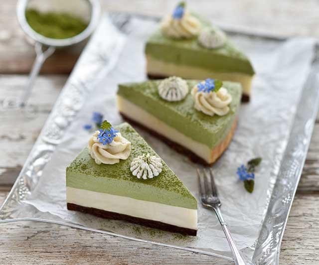 Matcha-Vanille-Cheesecake mit Matcha-Cashew-Creme und weiße Schoko-Frischkäse-Swirls