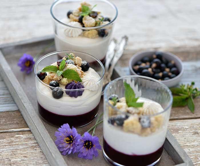 Cassis-Sauerrahm-Dessert mit knusprigen Lavendelstreuseln