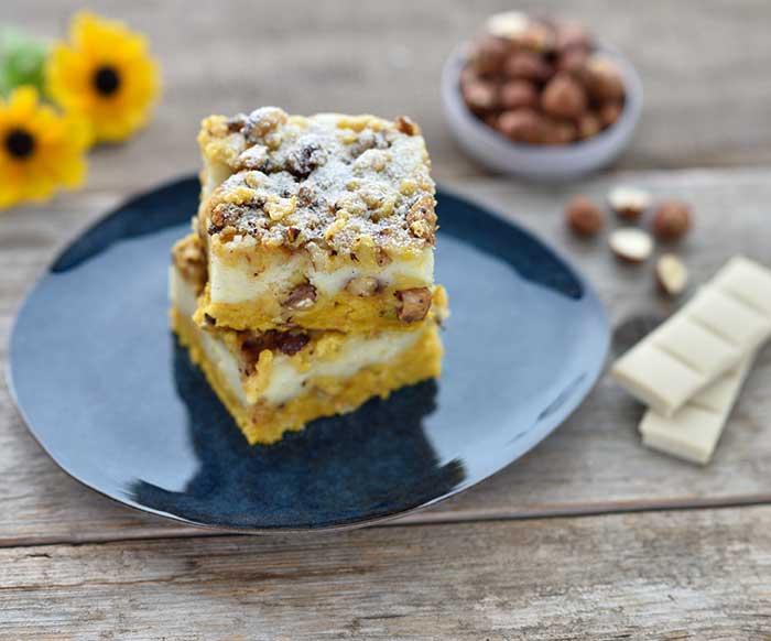 Veganer Kürbis-Cheesecake mit weißer Schokolade und karamellisierten Haselnussstreuseln